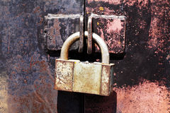 De uitstekende roestige poorten van het hangslotmetaal Stock Afbeelding