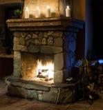 De uitstekende ruimte van de stijlopen haard Schoorsteen, kaarsen en woodpile royalty-vrije stock afbeeldingen