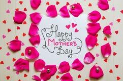 De uitstekende samenstelling van de moeder` s Dag van groetnota met hand het getrokken van letters voorzien stock foto's