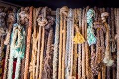 De uitstekende sjofele elegante kabels van het cowboylandbouwbedrijf Stock Fotografie