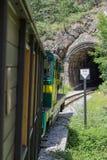 De uitstekende Spoorwegtrein gaat een Donkere Tunnel in Royalty-vrije Stock Fotografie