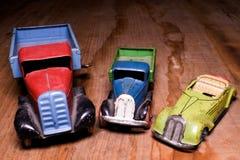 De uitstekende stuk speelgoed vrachtwagen van de auto'svrachtwagen en convertibele auto op bruine houten achtergrond Retro speelg royalty-vrije stock afbeeldingen