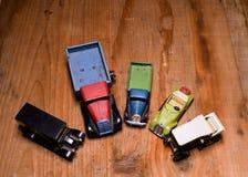 De uitstekende stuk speelgoed vrachtwagen van de auto'svrachtwagen en convertibele auto op bruine houten achtergrond Retro speelg royalty-vrije stock foto