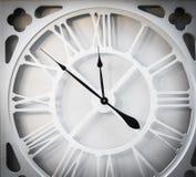 De uitstekende tijd van de witmetaalklok Stock Afbeeldingen