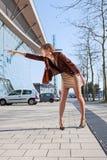 De uitstekende tribunes van de fotovrouw op straat in stad Stock Foto