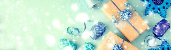 De uitstekende vakjes van de chrismtasgift op blauwe achtergrondexemplaarruimte Stock Foto