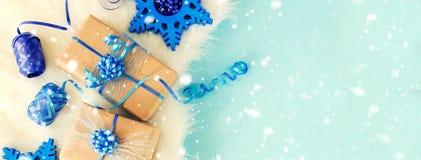 De uitstekende vakjes van de chrismtasgift op blauwe achtergrondexemplaarruimte Stock Fotografie
