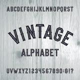 De uitstekende vectordoopvont van het stijlalfabet Letters en getallen op de lichte houten achtergrond Stock Afbeeldingen