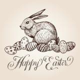 De uitstekende vectorhand getrokken illustratie van Pasen met het van letters voorzien, konijntje en feestelijke eieren Stock Foto
