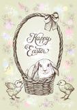 De uitstekende vectorkaart van Pasen Hand getrokken konijn in de mand met boog en kippen Stock Foto's