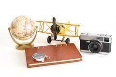 De uitstekende voorwerpen van de wereldreis blogger op wit Stock Afbeelding