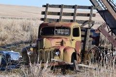 De uitstekende vrachtwagen zit op een gebied met andere oude punten Stock Afbeeldingen