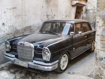 De uitstekende zwarte auto van Mercedes in oude stadsaleppo Syrië Stock Foto's