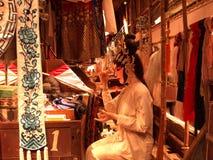 De uitvoerder treft vóór de Chinese opera voorbereidingen royalty-vrije stock foto