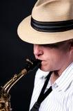 De Uitvoerder van de saxofoon die op Zwarte wordt geïsoleerd Royalty-vrije Stock Foto