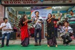 De uitvoerders dansen en lachen tijdens het Tihar-festival in Pokhara, Royalty-vrije Stock Foto's