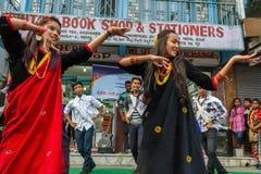 De uitvoerders dansen tijdens het Tihar-festival in Pokhara, Nepal Stock Fotografie