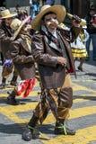 De uitvoerders in de Meidag paraderen in Cusco, Peru stock foto
