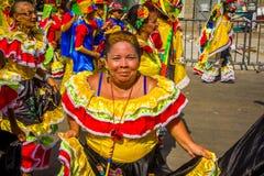 De uitvoerders met kleurrijke en gedetailleerde kostuums nemen aan C deel stock afbeeldingen