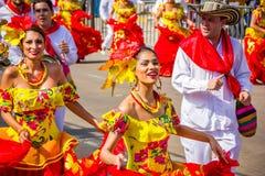 De uitvoerders met kleurrijke en gedetailleerde kostuums nemen aan C deel royalty-vrije stock foto's