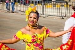 De uitvoerders met kleurrijke en gedetailleerde kostuums nemen aan C deel stock foto