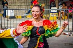 De uitvoerders met kleurrijke en gedetailleerde kostuums nemen aan C deel royalty-vrije stock afbeelding