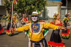 De uitvoerders met kleurrijke en gedetailleerde kostuums nemen aan C deel royalty-vrije stock foto