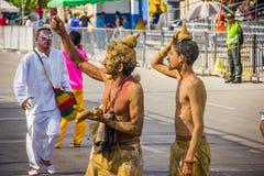 De uitvoerders met kleurrijke en gedetailleerde kostuums nemen aan C deel stock fotografie