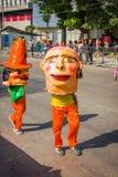 De uitvoerders met kleurrijke en gedetailleerde kostuums nemen aan C deel stock afbeelding