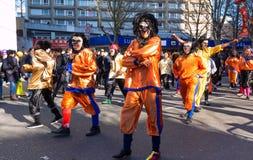 De uitvoerders in traditioneel kostuum bij het Chinese maan nieuwe jaar paraderen in Parijs, Frankrijk stock afbeelding