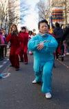 De uitvoerders in traditioneel kostuum bij het Chinese maan nieuwe jaar paraderen in Parijs, Frankrijk stock foto
