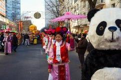 De uitvoerders in traditioneel kostuum bij het Chinese maan nieuwe jaar paraderen in Parijs, Frankrijk stock afbeeldingen