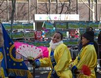 De uitvoerders in traditioneel kostuum bij het Chinese maan nieuwe jaar paraderen in Parijs, Frankrijk royalty-vrije stock afbeeldingen