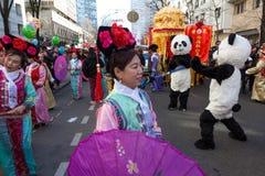 De uitvoerders in traditioneel kostuum bij het Chinese maan nieuwe jaar paraderen in Parijs, Frankrijk royalty-vrije stock fotografie