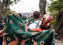 De uitvoerders van de leeuwdans tijdens Takayama-festivalparade stock afbeeldingen