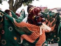 De uitvoerders van de leeuwdans tijdens Takayama-festivalparade stock fotografie