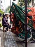 De uitvoerders van de leeuwdans tijdens Takayama-festivalparade royalty-vrije stock foto's