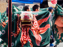 De uitvoerders van de leeuwdans tijdens Takayama-festivalparade stock foto's