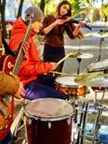De uitvoerders van de muziekstraat met meisjesviolist royalty-vrije stock fotografie