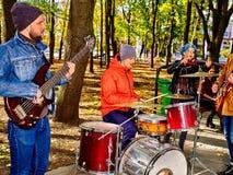 De uitvoerders van de muziekstraat met meisjesviolist op stadspark stock fotografie