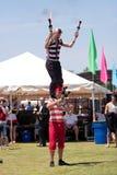 De Uitvoerders van het circus treffen voorbereidingen om met Vlammende Knuppels te jongleren Stock Afbeeldingen