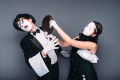 De uitvoerders van het pantomimetheater met pan stock afbeeldingen