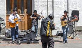 De uitvoerders van de muziekstraat in het historische centrum van Quito, Ecuador stock foto's
