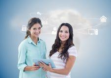De uitvoerende macht die digitale tablet met voorzien van een netwerkpictogrammen en wolk op achtergrond houden Royalty-vrije Stock Afbeelding