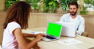De uitvoerende macht die laptop met behulp van bij bureau stock footage