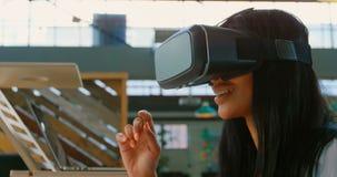 De uitvoerende macht die over architecturaal model op vloer 4k bespreken stock video