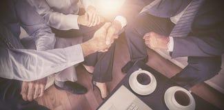 De uitvoerende macht het schudden dient vergadering in Stock Fotografie