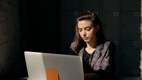 De uitvoerende manager en de professionele leider werken aan collectieve technologie stock videobeelden