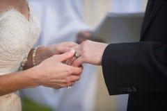 De uitwisseling van de trouwring Stock Fotografie