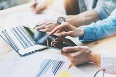 De uitwisseling van ideeën van het medewerkersteam in modern bureau Projectleider Researching Process, wat betreft het Scherm Dig stock afbeelding